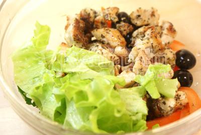 Добавить курицу, оливки и листья салата. Посолить и заправить оливковым маслом. - Салат «Ля-Мур» с курицей. Фото приготовления рецепта.
