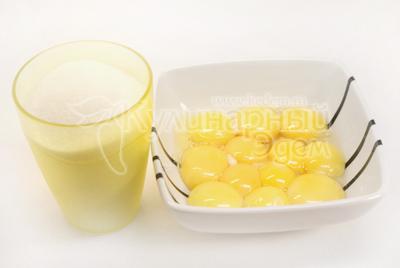В желтки добавить сахар и растереть