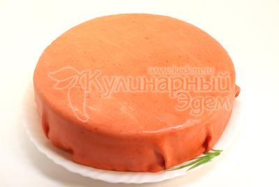 Раскатайте тонкий блин толщиной 2-3 мм. Накройте всю поверхность торта и боковины, излишки срежьте ножом