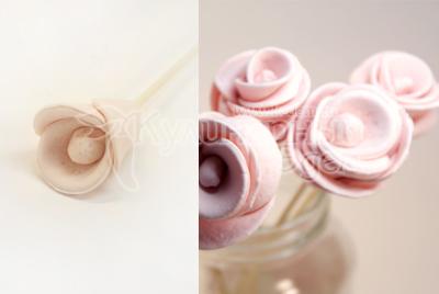 Из массы без добавления красителя сделайте розочки или другие украшения