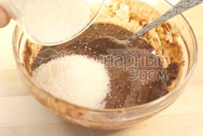 В растопленный шоколад добавьте сахар и кофе