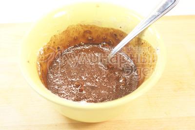 Какао порошок смешайте с сахарной пудрой и водой