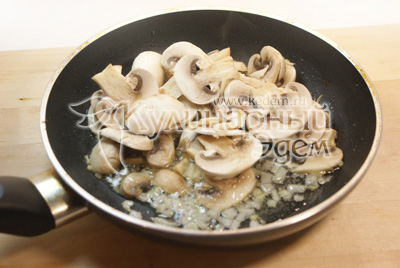 Мелко нашинкованный лук обжарьте на подсолнечном масле. Добавьте ломтиками нарезанные грибы. - Картофель с шампиньонами. Фото приготовления рецепта.