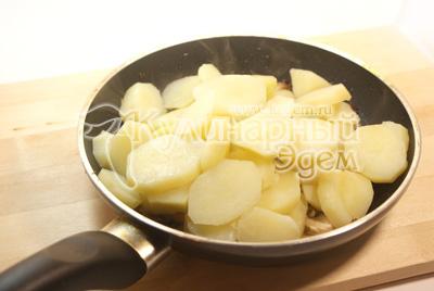 Картофель почистите, отварите и порежьте кружочками. Добавьте к грибам. Немного обжарьте и посолите. - Картофель с шампиньонами. Фото приготовления рецепта.