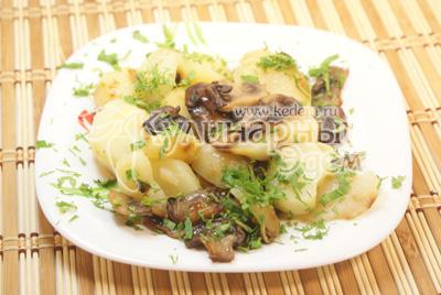 Выложите на блюдо и украсьте зеленью. - Картофель с шампиньонами. Фото приготовления рецепта.