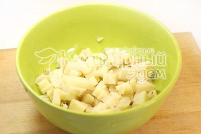 Картофель порезать кубиками. - Салат с креветками. Фото приготовления рецепта.