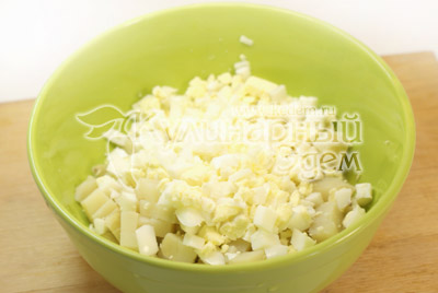 Добавить кубиками порезанные яйца. - Салат с креветками. Фото приготовления рецепта.