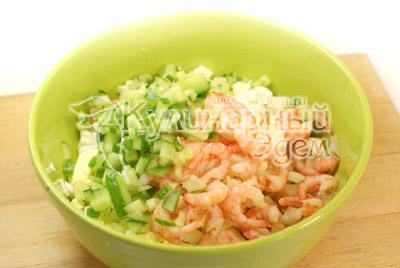 Добавьте креветки и порезанные кубиками сыр и огурец. - Салат с креветками. Фото приготовления рецепта.