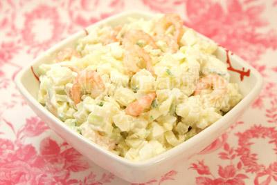 Выложите в салатницу. - Салат с креветками. Фото приготовления рецепта.