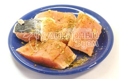 Рыбу разделить на порционные кусочки. Посолить и обсыпать специями для рыбы. - Рыбка запеченная с овощами. Фото приготовления рецепта.