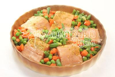 Выложить овощи. - Рыбка запеченная с овощами. Фото приготовления рецепта.