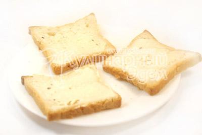 Ломтики хлеба намазать плавленым сыром. - Бутерброды «Кораблики». Фото приготовления рецепта.