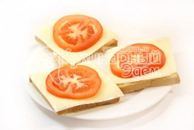 Уложить пластик сыра и кружок помидора. - Бутерброды «Кораблики». Фото приготовления рецепта.