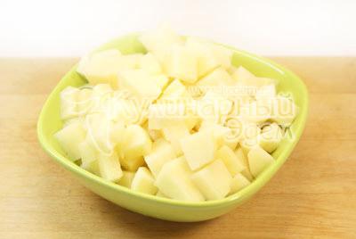 Вытащить косточку с мясом. В бульон добавить картофель нарезанный кубиками. Варить до готовности