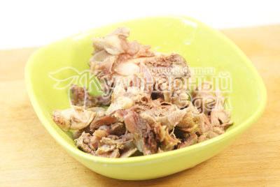 Мясо остудить и порезать небольшими кусочками. Добавить в бульон