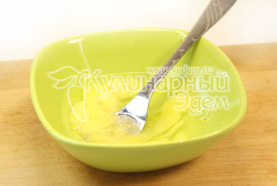 Яйцо разболтать вилкой в миске и добавить в  бульон с картофелем и мясом