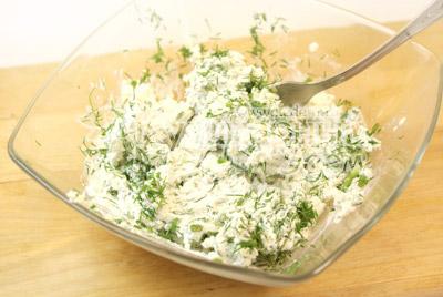 Сыр смешать с мелко порезанными чесноком и укропом. - Конвертики из кабачков с сыром. Фото приготовления рецепта.