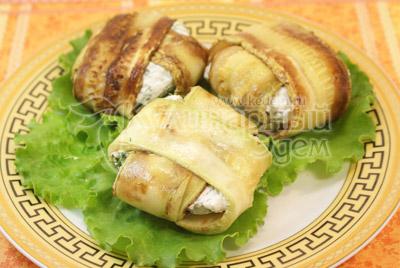 Выложить на блюдо украшенное листьями салата. - Конвертики из кабачков с сыром. Фото приготовления рецепта.