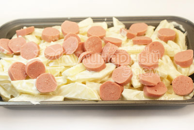Выложить на противень. Уложить сверху кружочки сосисок. - Картофель & сосиски. Фото приготовления рецепта.