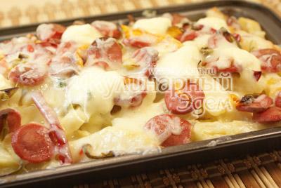 Посыпать тертым сыром и запеките в духовке 25-30 минут при температуре 200 градусов С до готовности. - Картофель & сосиски. Фото приготовления рецепта.