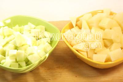 Картофель и кабачок очистите и порежьте кубиками