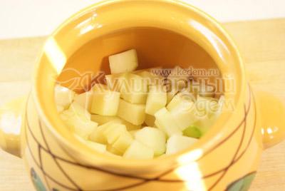 Горшочек заполните картофелем, кабачком