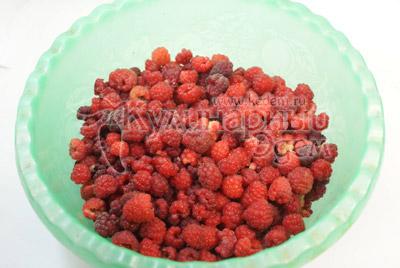 Свежесобранную в солнечную погоду малину перебрать и удалить нехорошие ягодки. Высыпать в чистую посуду