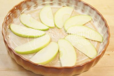 Уложить порезанное ломтиками яблоко в один слой