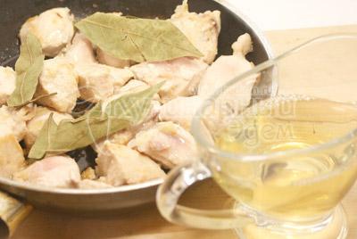 Положить в сковороду лавровые листы и залить белым вином. Немного посолить. - Куриная грудка тушеная в вине. Фото приготовления рецепта.