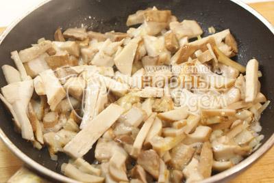 Лук мелко нашинковать, грибы не крупно порезать. Обжарить грибы с луком на подсолнечном масле 5-7 минут