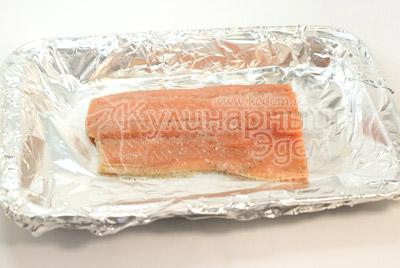 Кусочек рыбы без лимона и гвоздики выложить в форму с фольгой. - Слоёная рыбка. Фото приготовления рецепта.