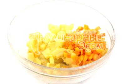 Картофель, морковь, яйца отварить, остудить и почистить. Нарезать кубиками картофель и морковь.