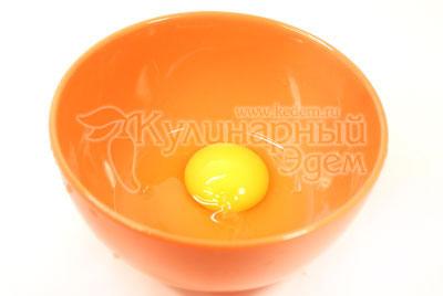 Для приготовления лапши, нужно разбить  яйцо в миску.