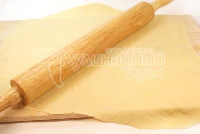 Раскатать очень тонкий пласт и оставить на 20-30 минут на столе. - Суп с лапшой «По-домашнему». Фото приготовления рецепта.