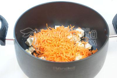 Переложить в кастрюлю, добавить морковь, натертую на терке, и половину бульона