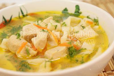 При подаче разлить в глубокие тарелки и посыпать мелко нарубленным укропом. - Суп с лапшой «По-домашнему». Фото приготовления рецепта.