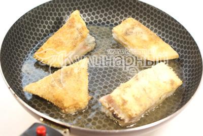 Обжарить с обеих сторон на растительном масле до золотистой корочки. - Камбала с картофелем и соусом. Фото приготовления рецепта.