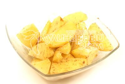 Картофель почистить и порезать небольшими ломтиками. Посолить и поперчить смесью черного и красного перца. Добавить растительное масло. - Камбала с картофелем и соусом. Фото приготовления рецепта.