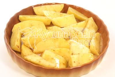 Переложить в форму для запекания. - Камбала с картофелем и соусом. Фото приготовления рецепта.
