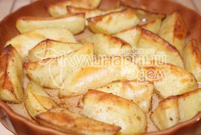 Запекать в духовке 15 минут при температуре 250 градусов до образования румяной корочки. - Камбала с картофелем и соусом. Фото приготовления рецепта.