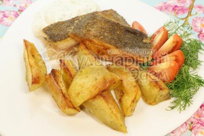 Выложить на блюдо кусочки рыбы, картофель и ложечку соуса. Украсить зеленью и помидоркой. - Камбала с картофелем и соусом. Фото приготовления рецепта.