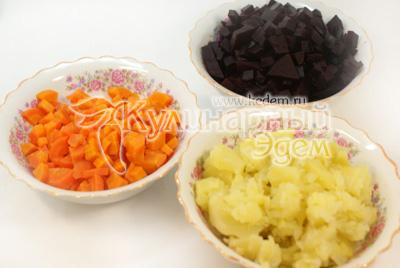 Картофель, морковь, свеклу отварить, остудить и почистить. Картофель, морковь, свеклу нарезать кубиками в отдельные миски. - Салат «Балаганчик». Фото приготовления рецепта.