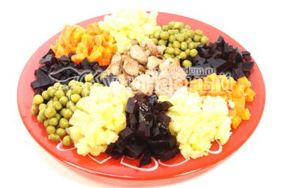 На плоское блюдо выкладываем из каждой миске позиционно по кругу картофель, горошек, морковь, капусту, свеклу. В серединку выкладываем мясо. - Салат «Балаганчик». Фото приготовления рецепта.