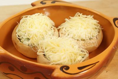 Посыпать тертым сыром. - Запеченные шампиньоны. Фото приготовления рецепта.
