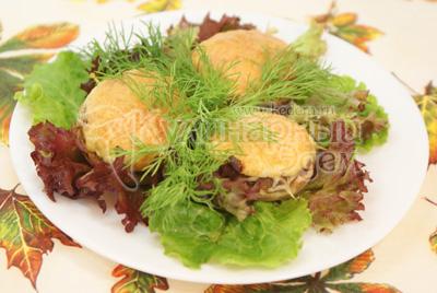 Выложить на тарелку и украсить зеленью. - Запеченные шампиньоны. Фото приготовления рецепта.