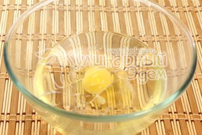 В миску с водой разбейте яйцо, добавьте 1/2 чайной ложки соли, подсолнечное масло. - Манты с тыквой. Фото рецепт приготовления.