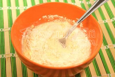 В миску выложить желток от яйца , добавить размягченное сливочное масло, молоко, муку. И взбитый до бела белок.  Все хорошо взбить и посолить