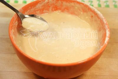 Десертной ложкой набирать тесто и аккуратно опускать в кастрюлю с не кипящим  бульоном. - Суп с клецками на курином бульоне. Фото приготовления рецепта.