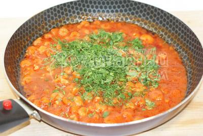 Добавить мелко нашинкованную зелень. Хорошо перемешать. - Креветки в томатом соусе. Фото приготовления рецепта.