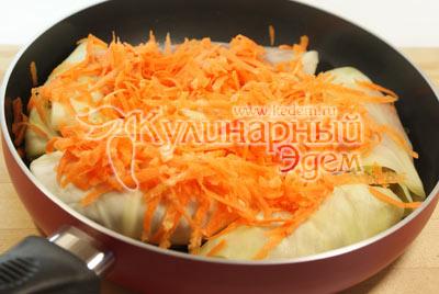 Засыпать сверху тертой морковью и залить сметаной размешанной в стакане кипяченой воды. - Голубцы домашние. Фото приготовления рецепта.
